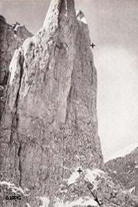 Nordwand des Mandlkogl im Goßaukamm, oberes Kreuz Absturzstelle am 3.10.1913, unteres Kreuz Fundort der Leiche Tage später