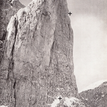 Nordwand des Mandlkogl im Goßaukamm, oberes Kreuz Absturzstelle am 03.10.1913, unteres Kreuz Fundort der Leiche Tage später