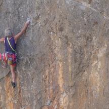 Albert Precht beim Erklimmen einer Felswand